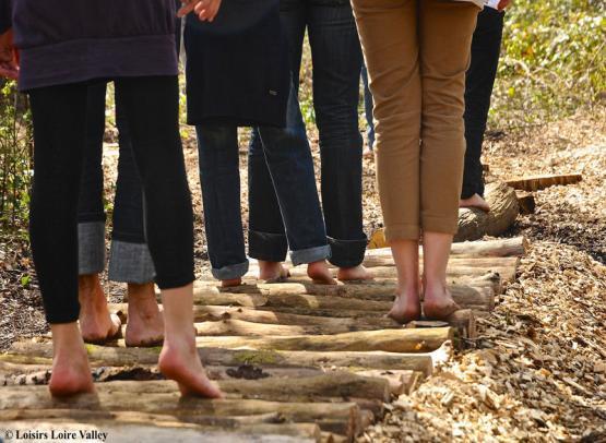 sentier-pieds-nus-rondins-groupe©Loisirs-loire-Valley