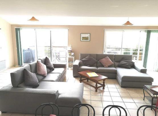 Salon-donnant-sur-terrasse-avec-2-grands--canapes-angles