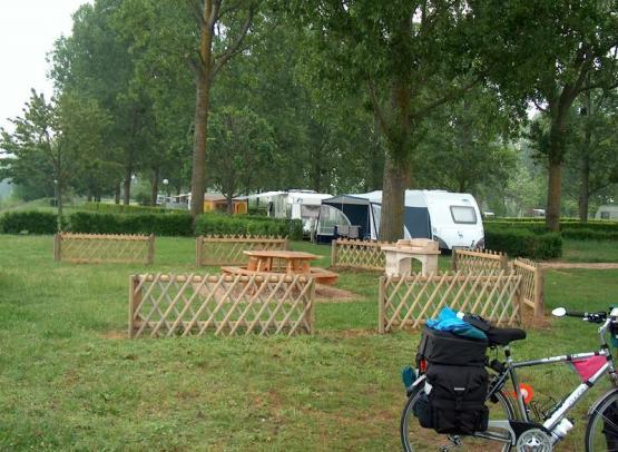 Camping municipal du Val de Flux - espace barbecue