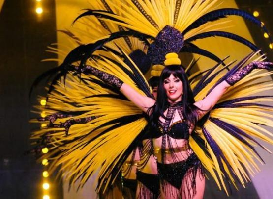 Show-Caprice-plumes-jaunes-2
