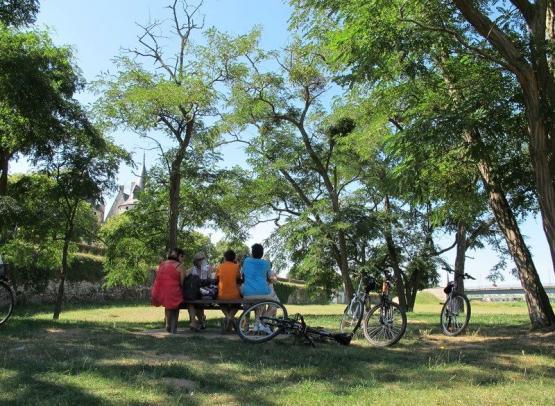 Cyclotouristes arrêt pique-nique (Copier)